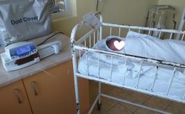 Чети и дари инфузионна помпа за хранене на новородени деца с проблеми